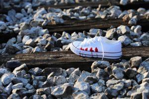 線路上の靴