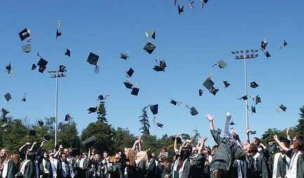 卒業式で帽子投げる