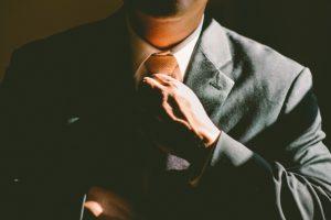 ネクタイを締める
