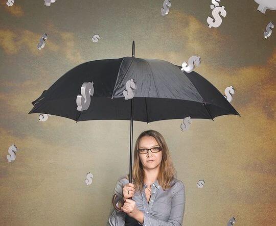 傘をさしている女