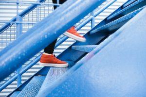 階段を上がる人