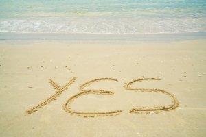 砂浜にYESと書かれている