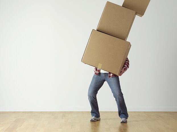 箱を運ぶ人