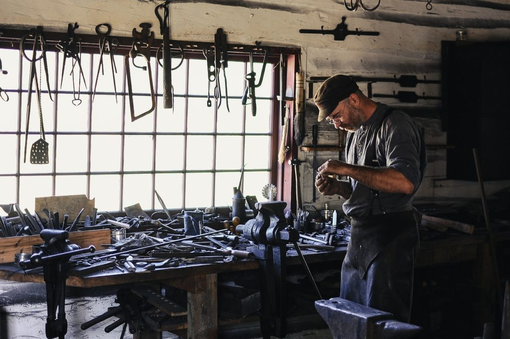 工房で働く人