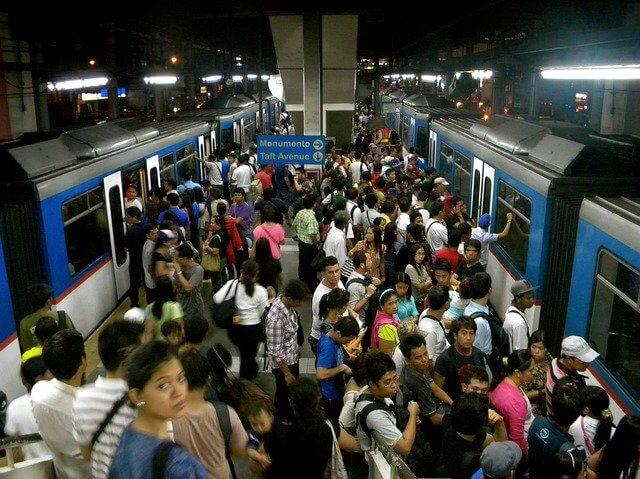 インドの電車に乗る人